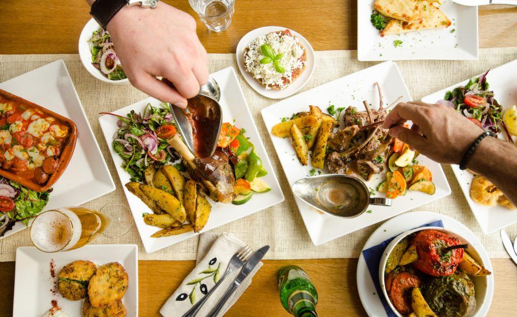 uit eten met een groep de griekse tafel in elliniko Rotterdam